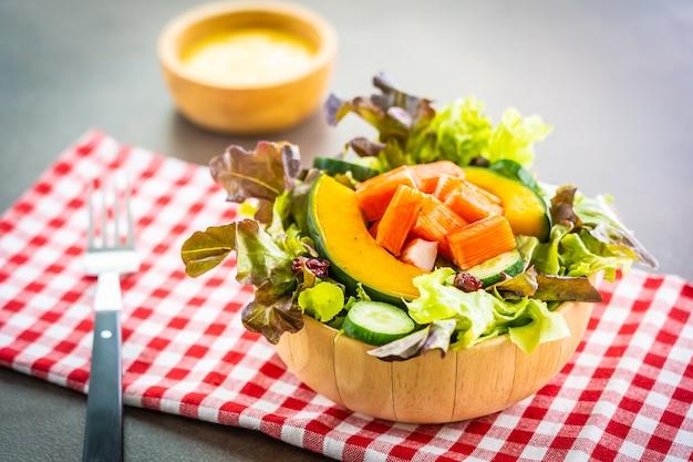 Bastoncini di granchio con insalata di verdure fresche Foto Gratuite