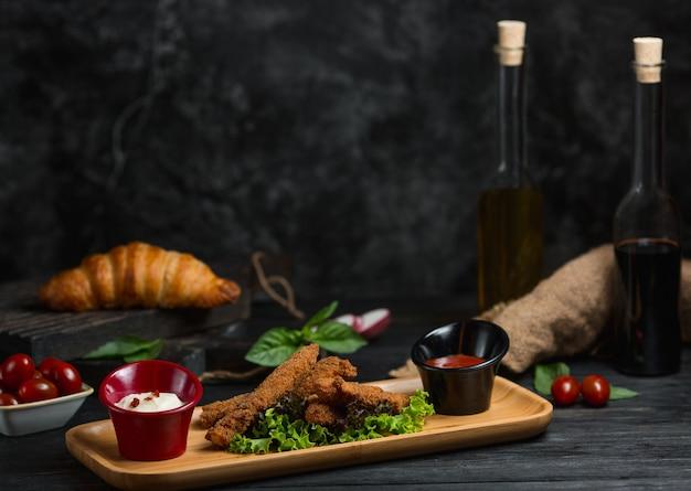 Bastoncini di pollo con aceto balsamico e olio d'oliva Foto Gratuite