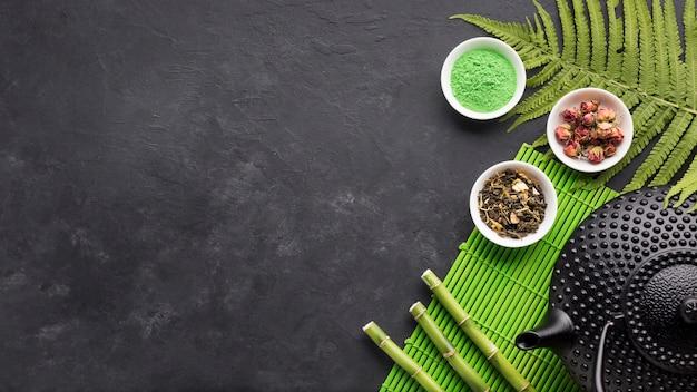 Bastone verde della polvere e del bambù del tè di matcha con il fondo del nero dello spazio della copia Foto Gratuite