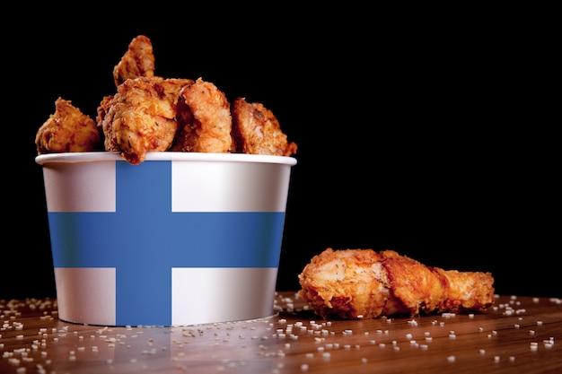 Bbq cosce di pollo nel secchio bianco Foto Premium