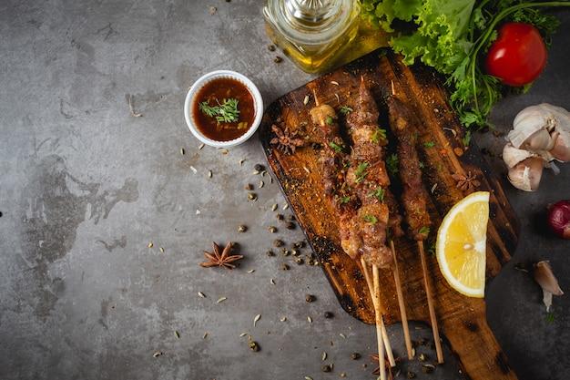 Bbq grill cucinato con salsa piccante al peperoncino del sichuan è un'erba cinese. Foto Gratuite