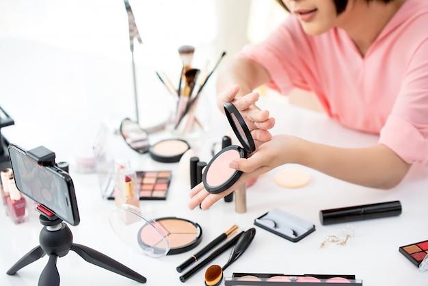 Beauty blogger che trasmette in streaming prodotti in tempo reale Foto Premium