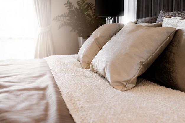 Bed letto con cuscini bianchi e lenzuola in camera da letto