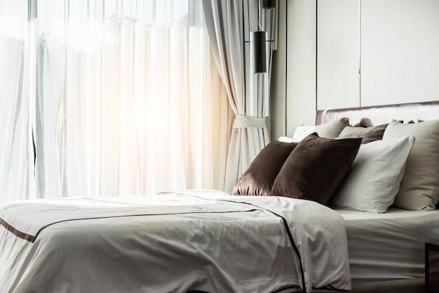 Bed letto con cuscini bianchi puliti scaricare foto premium