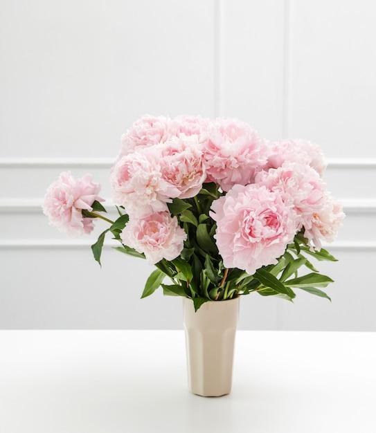 Bei fiori freschi della peonia in un vaso Foto Gratuite