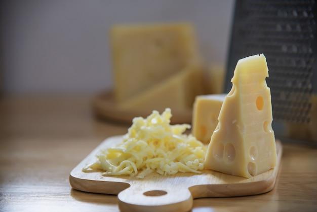 Bei formaggi in cucina - concetto di preparazione del cibo del formaggio Foto Gratuite