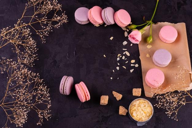 Bei maccheroni saporiti rosa su un fondo concreto Foto Premium