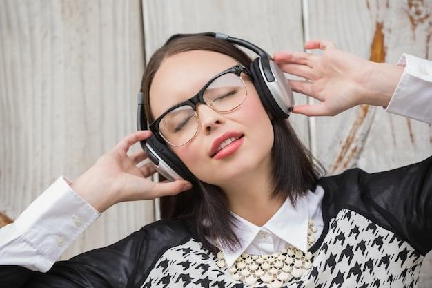 Bei pantaloni a vita bassa che ascoltano la musica Foto Premium