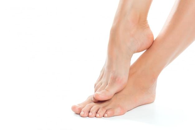 Bei piedi delle donne isolati sul primo piano bianco Foto Premium