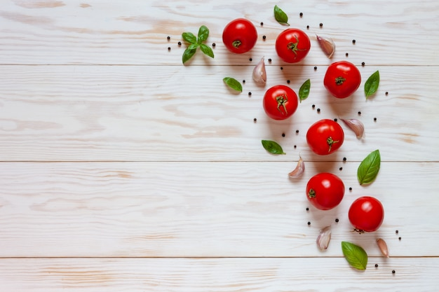Bei pomodori, basilico ed aglio crudi freschi. Foto Premium