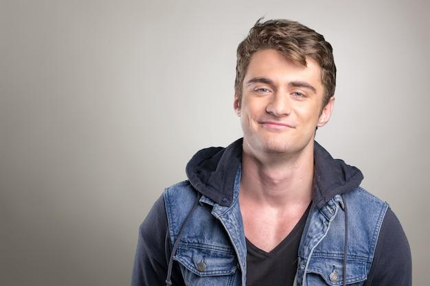 Bel giovane sorridente Foto Premium