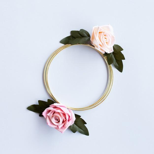 Bel matrimonio di saluto con fiori di rose e cerchio d'oro Foto Gratuite