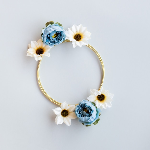 Bel matrimonio floreale con cerchio d'oro Foto Gratuite