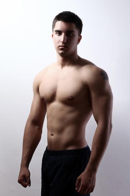 Bel ragazzo con un corpo muscoloso Foto Gratuite
