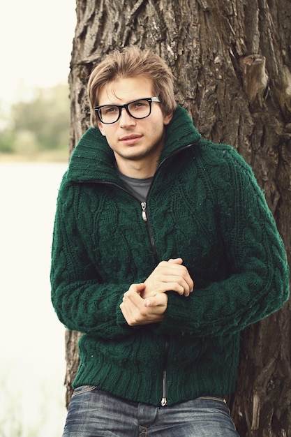 Bel ragazzo in maglione Foto Gratuite