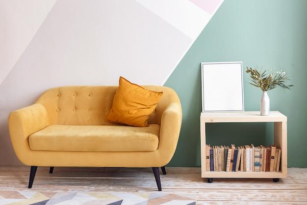 Bel soggiorno con divano, moquette, pianta verde su libreria Foto Premium