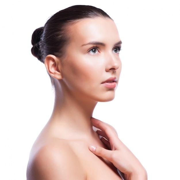 Bel viso di giovane donna adulta con la pelle pulita fresca Foto Premium