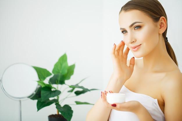 Bel viso di giovane donna con pelle perfetta salute Foto Premium