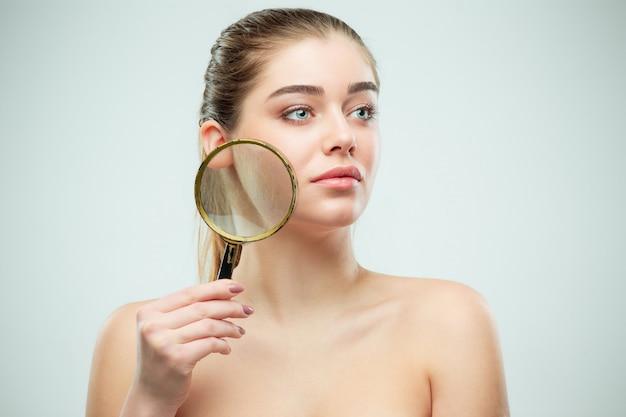 Bel viso di giovane donna con pelle pulita fresca Foto Gratuite