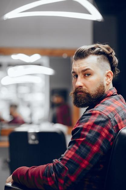 Bell'uomo d'affari in un negozio di barbiere Foto Gratuite