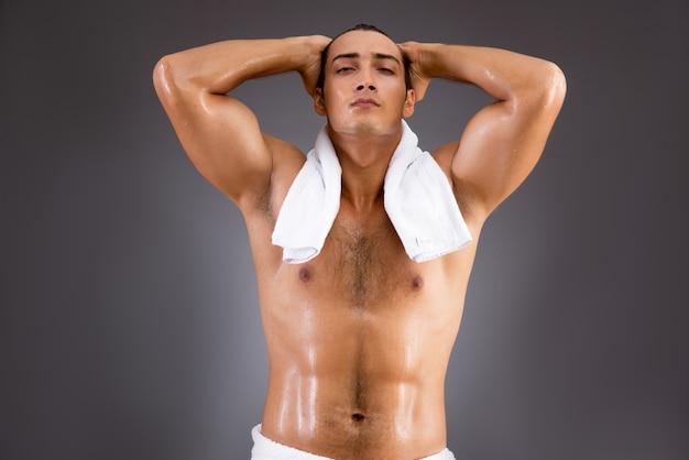 Bell'uomo dopo aver fatto la doccia Foto Premium