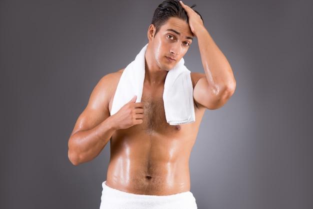 Bell'uomo dopo la doccia del mattino Foto Premium