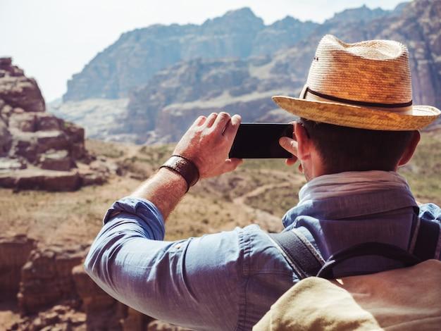 Bell'uomo, esplorando le attrazioni di petra Foto Premium