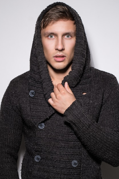 Bell'uomo in maglione Foto Gratuite