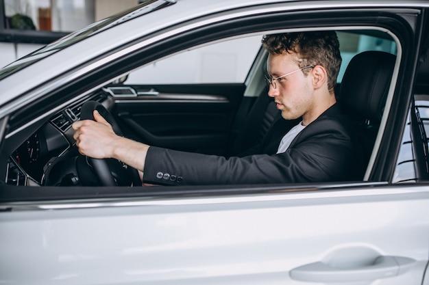 Bell'uomo seduto in una macchina Foto Gratuite