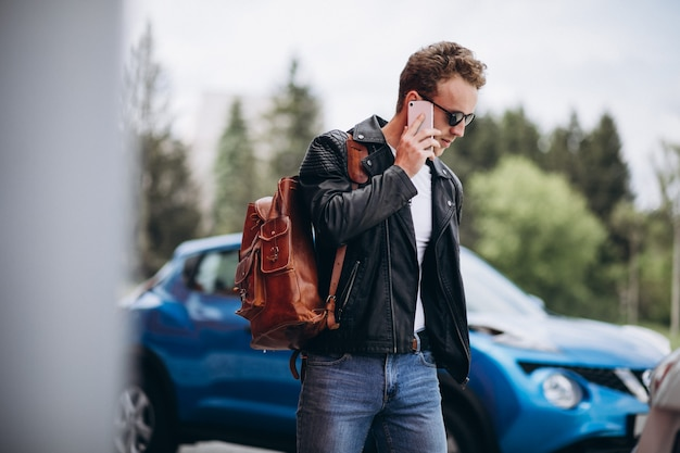 Bell'uomo usando il telefono in auto Foto Gratuite