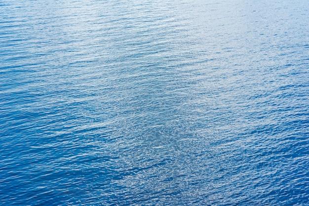 Bella acqua blu dell'oceano nella soleggiata giornata estiva Foto Premium