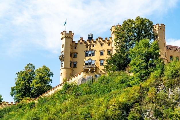 Bella architettura al castello di hohenschwangau nelle alpi bavaresi della germania Foto Premium