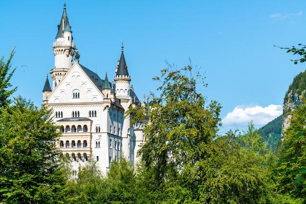 Bella architettura al castello di neuschwanstein nelle alpi bavaresi della germania. Foto Premium