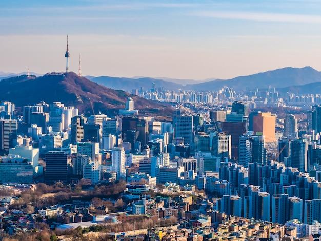 Bella architettura che costruisce paesaggio urbano nella città di seoul Foto Gratuite