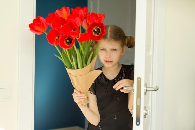 Bella bambina che tiene il mazzo di fiori Foto Premium