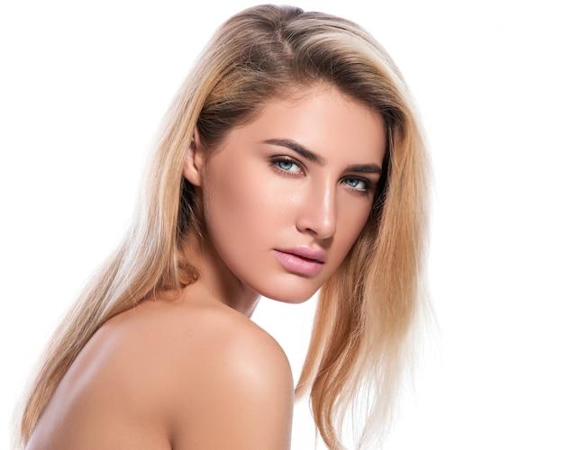Bella bionda su sfondo bianco Foto Premium