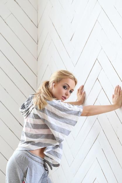 Bella bionda sul muro Foto Gratuite