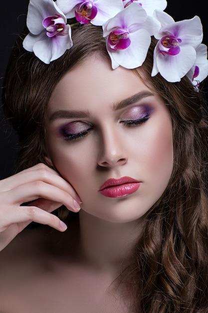 Bella bruna con i capelli lunghi e corona di fiori Foto Premium