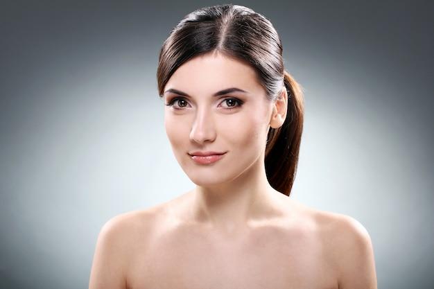 Bella bruna con la faccia pulita Foto Gratuite