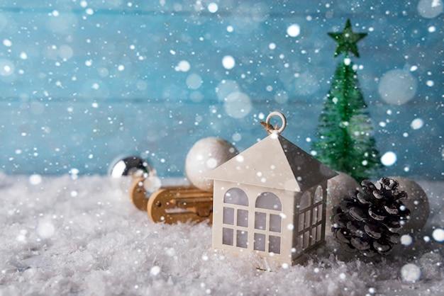 Bella casa di natale con abete tre su fondo in legno neve Foto Premium