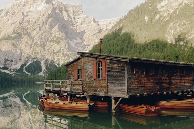 Bella casa in legno sul lago da qualche parte nelle dolomiti italiane Foto Gratuite