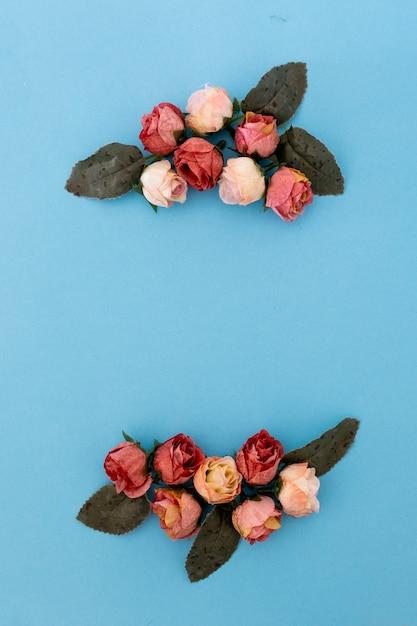 Bella Composizione Con Rose E Petali Su Sfondo Blu Con Copyspace