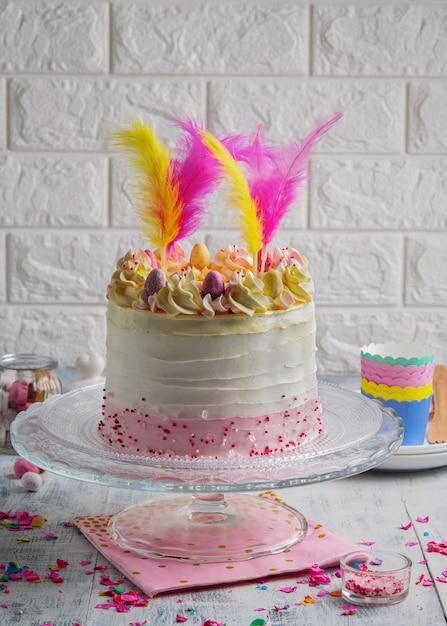 Bella composizione con torta di strati di pasqua con lo spazio della copia. Foto Premium