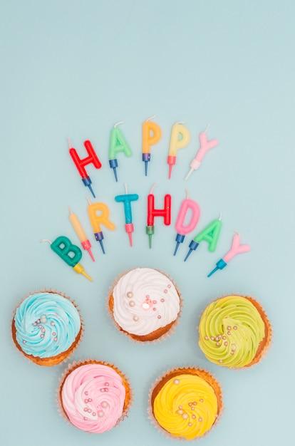 Bella composizione di compleanno con cupcakes Foto Gratuite