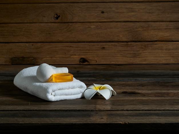 Bella composizione termale sulla parete di legno. Foto Premium