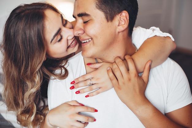 Bella coppia a casa Foto Gratuite