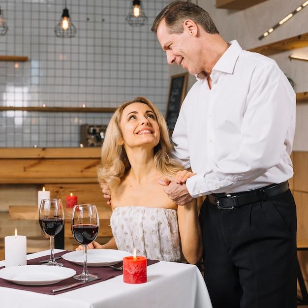 Bella coppia durante una cena romantica Foto Gratuite
