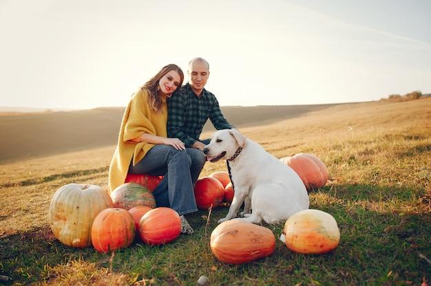 Bella coppia passa il tempo in un parco in autunno Foto Gratuite