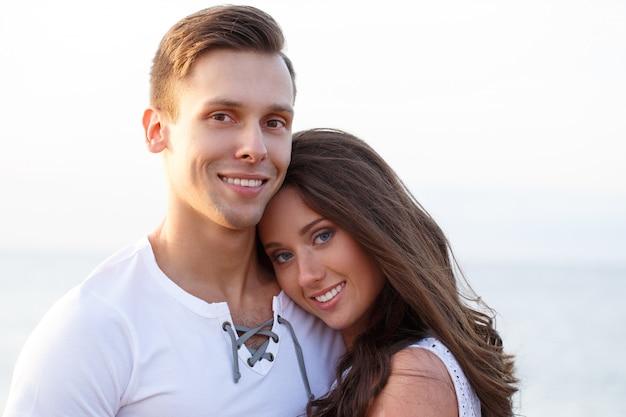 Bella coppia sulla spiaggia Foto Gratuite