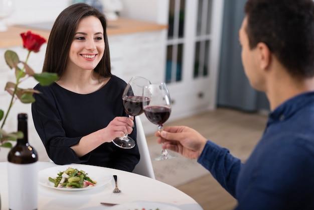 Bella coppia tifo con bicchieri di vino Foto Gratuite